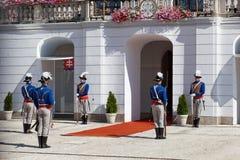 Ändring av en vakt av heder på presidentpalatset i Bratislava, Slovakien Royaltyfria Bilder