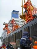 Ändring av klockan Arbetare sitter på ett fartyg Arbetare som seglas till pråm Arkivfoton