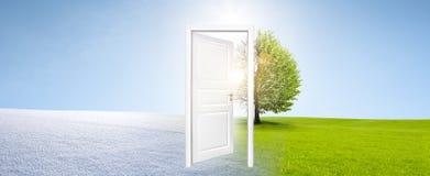 Ändring av säsonger med den vita dörren royaltyfri bild