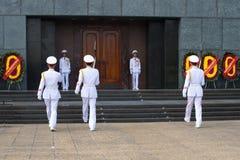 Ändring av tid av vakten på ingången till den Ho Chi Minh mausoleet Historisk gränsmärke av staden Hanoi, Vietnam Fotografering för Bildbyråer