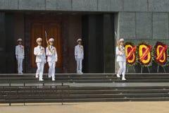 Ändring av vakten av heder på dörren av mausoleet av Ho Chi Minh hanoi vietnam Royaltyfria Bilder