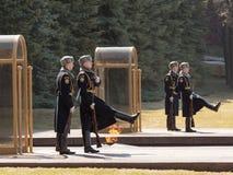 Ändring av vakten av heder på gravvalvet av den okända soldaten Royaltyfri Bild