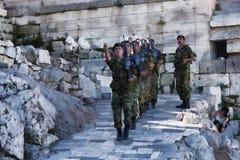 Ändring av vakten i Atenakropolen Bland turister mycket royaltyfri bild