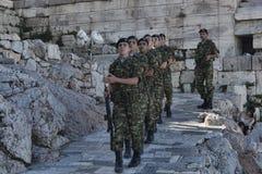 Ändring av vakten i Atenakropolen Bland turister mycket arkivbild