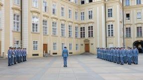 Ändring av vakten Prague - tjeck Arkivfoto