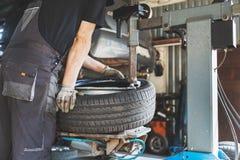 Ändring för bilgummihjul och reparationsservice royaltyfri foto