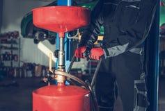 Ändring för bilmotorolja royaltyfria foton