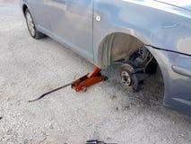 Ändring för plant gummihjul för bil att byta ut på vägproblemnödläget fotografering för bildbyråer