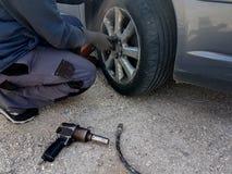 Ändring för plant gummihjul för bil att byta ut på vägproblemnödläget arkivfoton
