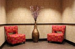 Ändrings-stolar och vase i exklusivt hotell Royaltyfria Foton