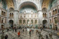 Ändstation av järnvägsstationen Antwerpen Centraal som konstrueras i 1905 och folkmassan av rashing passagerare Arkivfoton