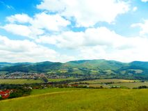 Äng, by och berg Arkivfoto