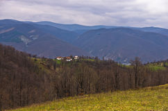 Ängar och kullar av det Miroc berget på den sena hösten fotografering för bildbyråer