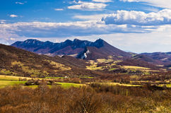 Ängar och maxima, Homolje berglandskap på en solig dag i tidig vår royaltyfri foto