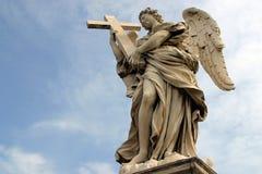 Ängel för Bernini ` s längs den heliga ängelbron i Rome Royaltyfri Foto