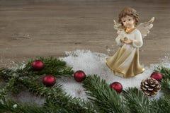 Ängel i snön och de röda julbollarna Royaltyfri Fotografi