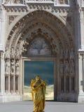 Ängel med korset på ingången i domkyrkakyrkan Royaltyfri Bild