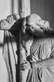 Ängel med korset, svartvitt foto Royaltyfri Bild