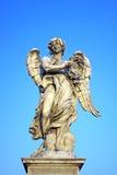 Ängel med kronan av taggar nära den Castel Sant Angelo bron i Rome, det Arkivfoto