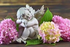 Ängel och blommor Arkivfoto
