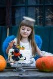 Ängel- och födelsedagkaka Royaltyfri Foto