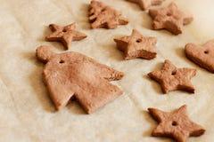 Ängel och stjärnakakor för jul Arkivbilder