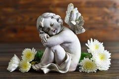 Ängel och vita blommor Arkivfoton
