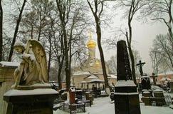 Ängel på bakgrunden av den ortodoxa kyrkan Royaltyfri Foto