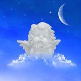 Ängel på moln i natthimlen Arkivbild