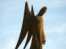 Ängel som göras av trä mot himlen Fotografering för Bildbyråer