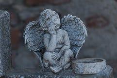 Ängel som håller ögonen på över en gravsten Royaltyfri Fotografi