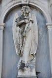 Ängel som rymmer ett kors, San Michele Cemetery Venedig arkivbilder
