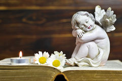 Ängel, stearinljus och blommor Royaltyfria Foton