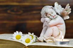 Ängel, stearinljus och blommor Arkivbild