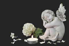 Ängel, stearinljus och vit blomma Royaltyfria Foton