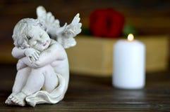 Ängel, vit stearinljus och röd ros Royaltyfri Fotografi