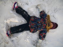 ängelflicka little leka snow arkivbilder