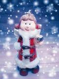 Ängeljulgarnering och snö på träbakgrund arkivfoto