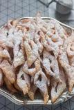 Ängeln påskyndar kex, en traditionell europeisk söt maträtt för karneval Lantlig stil royaltyfri bild