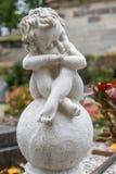 Ängelsammanträde på en boll Royaltyfri Foto