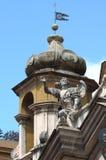 Ängelstaty överst av barockkyrkan i Rome Royaltyfri Fotografi