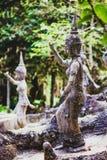 Ängelstaty i Buddhamagiträdgård royaltyfri foto