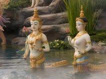 Ängelstaty i det Himmapan för flödande vatten paradiset på Royaen Royaltyfri Bild