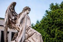 Ängelstaty i en kyrkogård Royaltyfri Bild