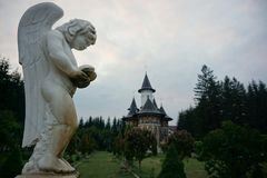 Ängelstaty i gården av den Sucevita kloster royaltyfri foto