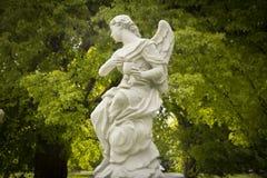 Ängelstaty i trädgården Arkivfoton