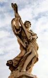 Ängelstaty med korset, St-ängelbro, Rome Arkivbild