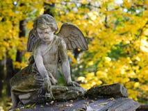 Ängelstaty på cementeryen Arkivbild
