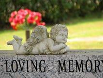 Ängelstaty på gravestonen Fotografering för Bildbyråer
