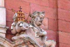 Ängelstaty på portalen av vår damkyrka i Aschaffenburg, Tyskland Arkivbild